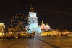 Kerstmismarkt op het Vierkant van Heilige Michael ` s in Kyiv, de Oekraïne Gebied voor kinderen` s vermaak Carrousel met sprookje royalty-vrije stock foto