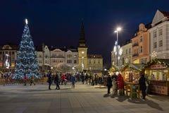 Kerstmismarkt op Masaryk-vierkant in Ostrava in schemer, Tsjechische Republiek Stock Foto