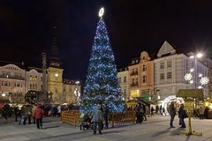 Kerstmismarkt op Masaryk-vierkant in Ostrava in schemer, Tsjechische Republiek Stock Fotografie