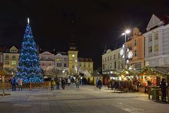 Kerstmismarkt op Masaryk-vierkant in Ostrava in schemer, Tsjechische Republiek royalty-vrije stock foto