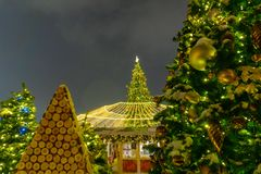 Kerstmismarkt op Rood Vierkant in de stadscentrum van Moskou, verfraaide en verlichte Rood Vierkant voor Kerstmis in Moskou stock foto