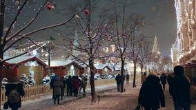 Kerstmismarkt op Rood Vierkant in Moskou, Rusland stock video