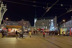 Kerstmismarkt op Vrijheidsvierkant in Brno, Tsjechische Republiek stock foto