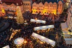 Kerstmismarkt in Oude Stad van Praag, Czechia zoals die van abo wordt gezien Stock Afbeelding