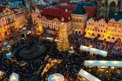Kerstmismarkt in Oude Stad van Praag zoals die hierboven wordt gezien van Stock Afbeelding