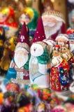 Kerstmismarkt in Rood Vierkant, Moskou Verkoop van speelgoed, beroemde en populaire sprookjekarakters, beeldjes royalty-vrije stock foto