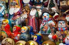 Kerstmismarkt in Rood Vierkant, Moskou Verkoop van speelgoed, beroemde en populaire sprookjekarakters, beeldjes stock foto