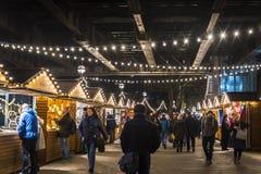 Kerstmismarkt in Southbank onder Hungerford-brug bij nacht, Londen, Engeland, het UK royalty-vrije stock foto