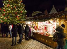 Kerstmismarkt in Tallinn, Estland op December 2017 Stock Afbeelding