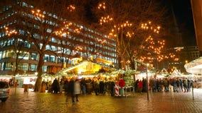 Kerstmismarkt van de Christkindlesmarkt in Hamburg - het schot van de tijdtijdspanne stock footage