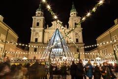 Kerstmismarkt van Salzburg bij Nacht Stock Fotografie