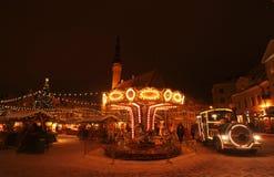 Kerstmismarkt van Tallinn met carrousel Stock Fotografie