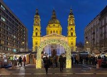 Kerstmismarkt voor St Stephen ` s Basiliek in Boedapest, Hongarije Royalty-vrije Stock Foto