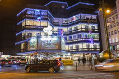 Kerstmismarkten voor een groot verfraaid winkelcentrum Kotva in Praag op het vierkant van de Republiek Stock Fotografie
