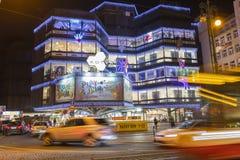 Kerstmismarkten voor een groot verfraaid winkelcentrum Kotva in Praag op het vierkant van de Republiek Royalty-vrije Stock Foto's