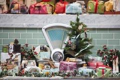 Kerstmismarktkraam met voedsel en Kerstboom - Kerstmis die winkelen - Kerstmisseizoen in Hamburg, Duitsland 16, 2016 in Londen Royalty-vrije Stock Foto's