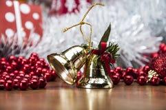 Kerstmismateriaal op houten lijst met donkere achtergrond Stock Fotografie