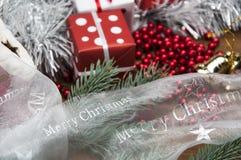 Kerstmismateriaal op houten lijst met donkere achtergrond Stock Foto's