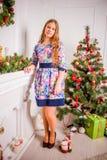 Kerstmismeisje met gift royalty-vrije stock afbeeldingen