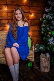 Kerstmismeisje met gift royalty-vrije stock foto