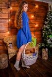 Kerstmismeisje met gift stock foto