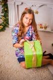 Kerstmismeisje met gift stock afbeeldingen