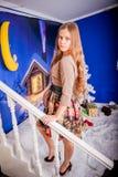 Kerstmismeisje met gift stock foto's