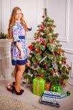 Kerstmismeisje met gift royalty-vrije stock fotografie