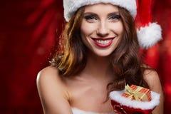 Kerstmismeisje met kleine gift Het concept van de kerstmanvrouw stock afbeelding