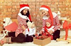 Kerstmismoeders met zonen royalty-vrije stock afbeeldingen