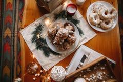 Kerstmisnieuwjaar cupcakes op een lijst wordt verfraaid die stock foto's