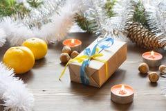 Kerstmisnieuwjaar van de Kerstmisgift met decoratie van Oekraïense nationale kleuren in het licht van het branden van kaarsen Royalty-vrije Stock Afbeeldingen