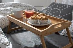 Kerstmisochtend, Valentijnskaartendag, comfortabele ochtend, hotelruimte - ontbijt in bed royalty-vrije stock foto's