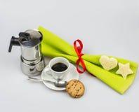 Kerstmisontbijt met Italiaans die espresso en mokakoffiezetapparaat op een witte achtergrond wordt geïsoleerd Stock Afbeeldingen