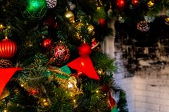 Kerstmisopen haard, de Decoratie van Kerstmislichten, Boomtakken E royalty-vrije stock fotografie