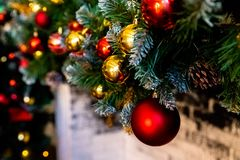 Kerstmisopen haard, de Decoratie van Kerstmislichten, Boomtakken E royalty-vrije stock foto