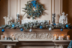 Kerstmisopen haard in de woonkamer stock afbeeldingen
