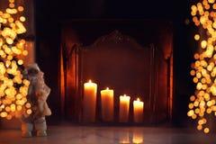 Kerstmisopen haard met het branden van kaarsen en lichten bokeh in huis Royalty-vrije Stock Foto's