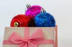 Kerstmisornament en giftdoos royalty-vrije stock foto