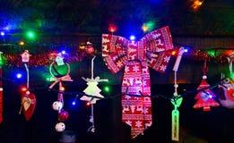 Kerstmisornament met gekleurd licht op open haard royalty-vrije stock foto's