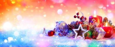 Kerstmisornament op Sneeuw, Kerstmisachtergrond stock afbeelding