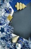 Kerstmisornament in uitstekende stijl Gestemde foto van bord met fonkelend kader Stock Afbeeldingen