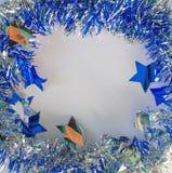 Kerstmisornament in zilveren en blauw op witte achtergrond Royalty-vrije Stock Fotografie