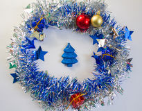 Kerstmisornament in zilveren en blauw op witte achtergrond Stock Afbeelding