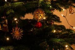 Kerstmisornamenten die van een Kerstmisboom hangen royalty-vrije stock foto