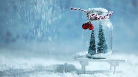 Kerstmisornamenten en dalende sneeuw stock footage
