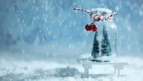 Kerstmisornamenten en dalende sneeuw stock video