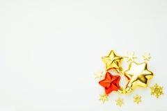 Kerstmisornamenten en decoratie Gouden sterren en rode sterren Stock Afbeelding