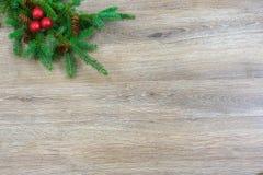Kerstmisornamenten en denneappels op een nette boeg met exemplaar s royalty-vrije stock afbeeldingen