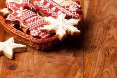 Kerstmisornamenten en peperkoekkoekjes Stock Foto